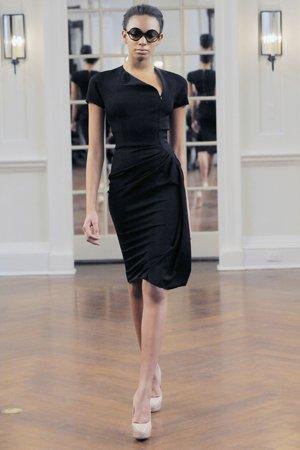 Черное платье с телесными колготками
