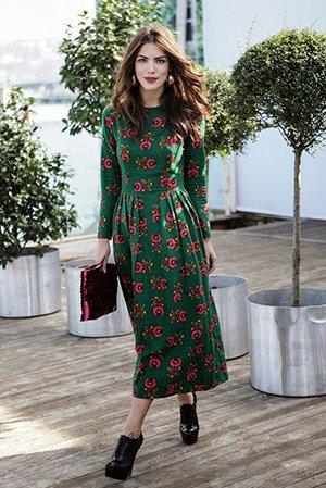 Платье миди с красным клатчем