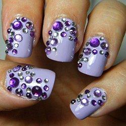 Фиолетовые стразы на ногтях