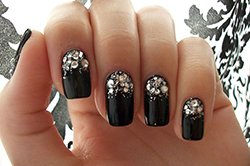 Новая идея украшения ногтей стразами