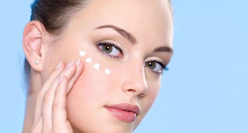 Наносить крем на кожу вокруг глаз