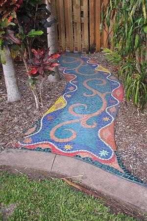 Яркая тропинка из мозайки