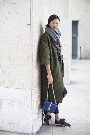 Синяя сумка с пальто