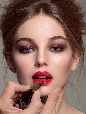 Красные губы в вечернем muke up