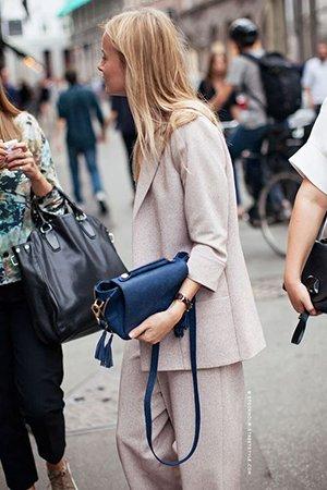 Синяя сумка с бежевой одеждой