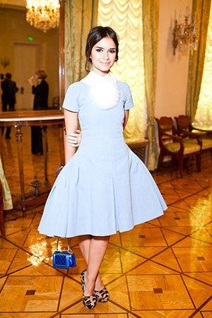 Платье с синей сумкой
