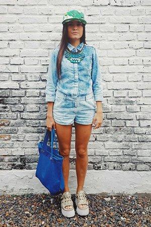 Стильный образ с синей сумкой