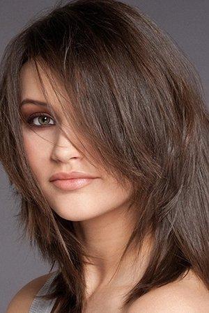 Стильная стрижка на средние волосы с челкой