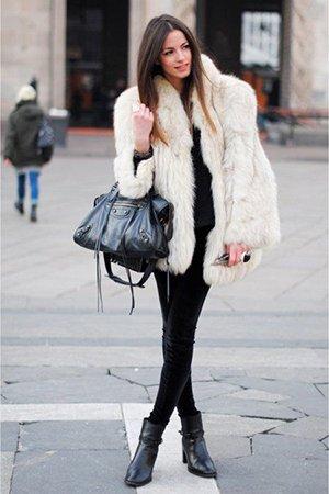 Белая шуба черная сумка