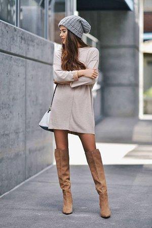 Бежевые ботфорты с серым платьем