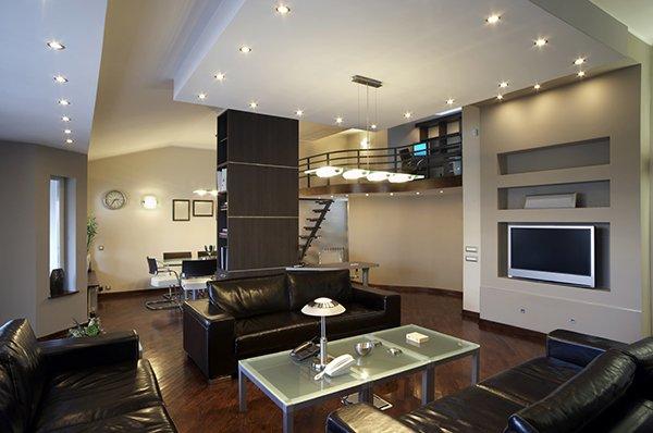 Освещение помещения с черной мебелью