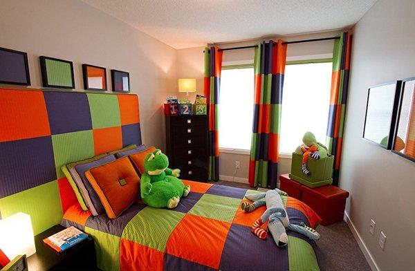Комбинация декоративных подушек и штор