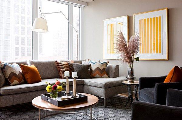 Оформление дивана декоративными подушками