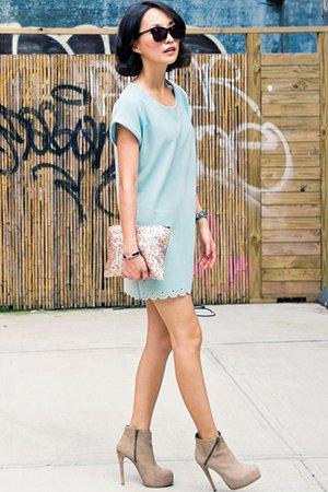 Голубое платье с ботильонами