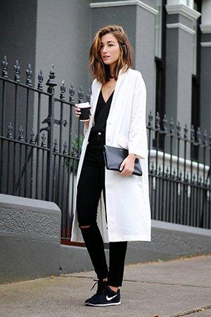 Белый женский жакет с черным нарядом