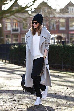 Носить белые кроссовки с пальто