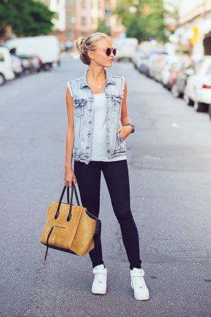 Сочетание белых женских кроссовок с узкими джинсами
