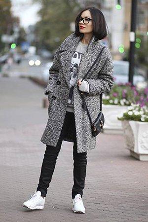 Пальто с кроссовками белого цвета