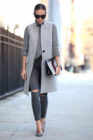 Носить серый жакет с туфлями на шпильке