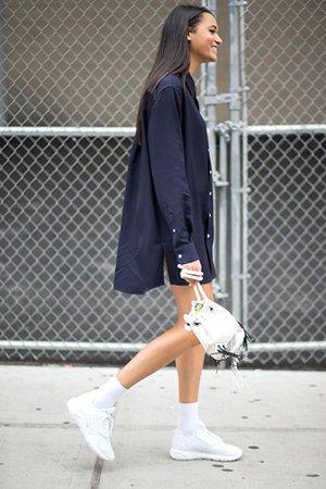 Белые кроссовки с белой сумкой