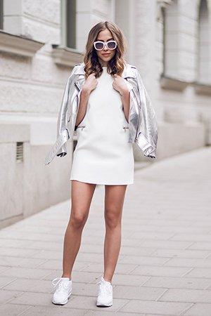 Белоснежные кроссовки с платьем