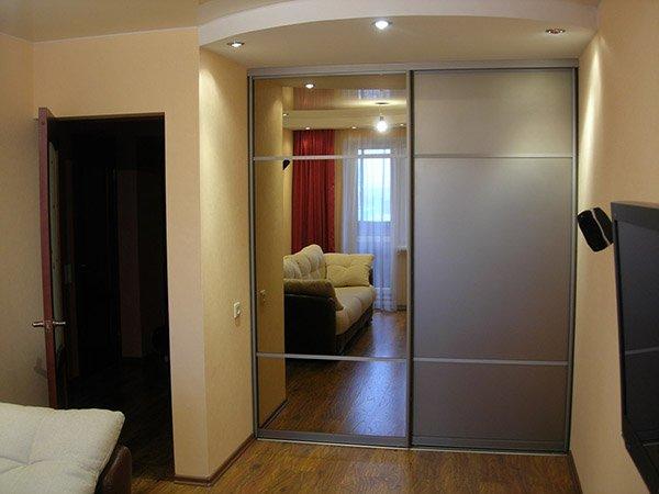 Шкаф в нише комнаты
