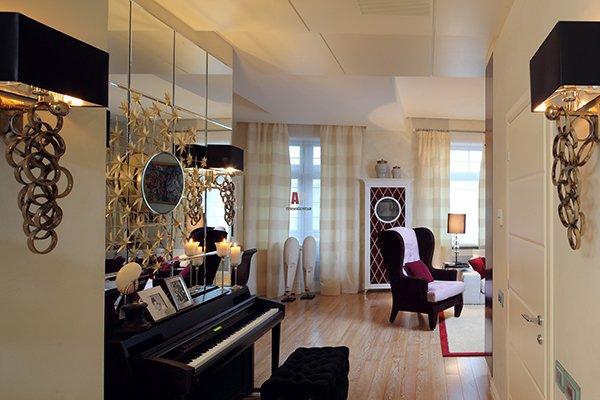 Декор стены зеркальной плиткой в гостиной