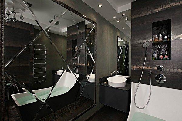 Дизайн черно-белой ванны с зеркальным декором
