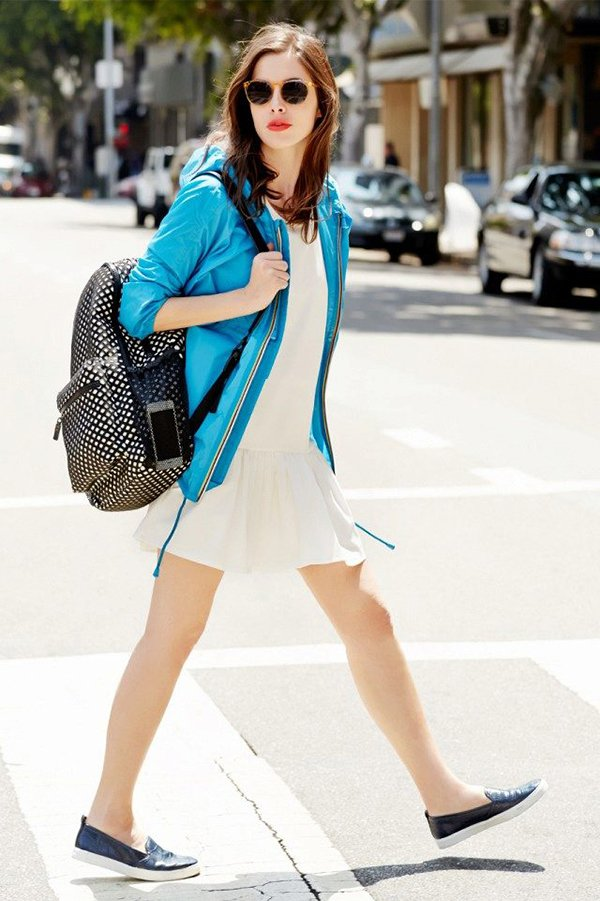 Черный рюкзак с голубой ветровкой