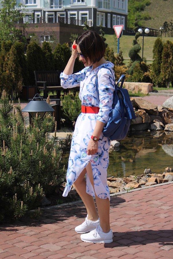 Белое платье с голубым женским рюкзаком