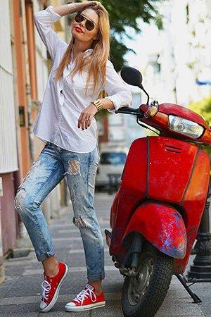Голубые рваные джинсы с красными кедами конверс