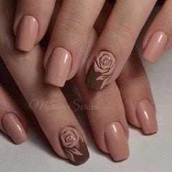 Маникюр в стиле нюд и розой на ногте