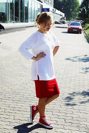 Красно-белая одежда с обувью конверс
