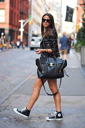 Носить высокие черные кеды с кожаной сумкой и косухой