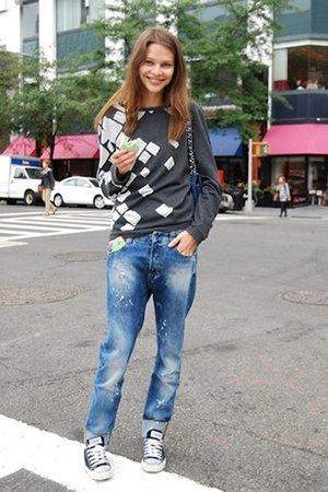 Серый свитер с джинсами и кедами