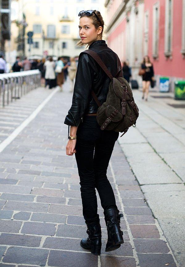 Черный рюкзак с темными джинсами и сапогами