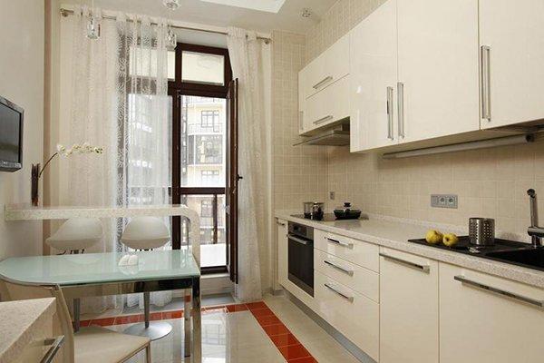 Белая кухня с балконом