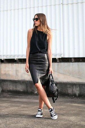 Кожаная юбка с кедами