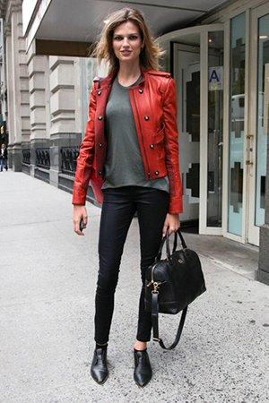 2сочетание красной кожаной куртки с черными джинсами