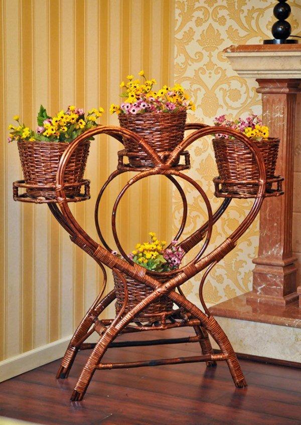 Плетеная стойка для цветов в интерьере