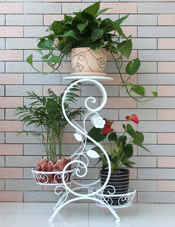 Белая металлическая подставка под растения